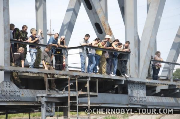 Кормление сомов с моста над каналом охладителя ЧАЭС